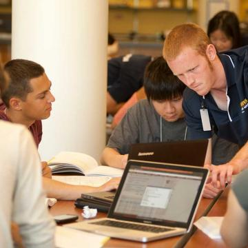 Josh Williams, a senior at UC Davis, talks with incoming students during a freshman orientation held by College of Letters and Science. Students can ask about schedules, requirements and major possibilities, such as double-majoring. (Gregory Urquiaga/UC Davis)