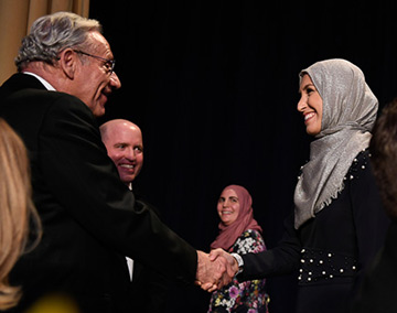 Washington Post journalist Bob Woodward congratulates Sawsan Morrar for receiving a scholarship at the White House Correspondents' Association Dinner in 2017. (Courtesy)